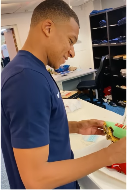 Mbappe receives his new shoes