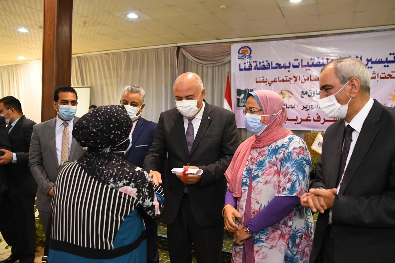 محافظ قنا يسلم الفتيات شهادات التقدير