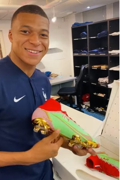 Mbappe receives his new shoes 1