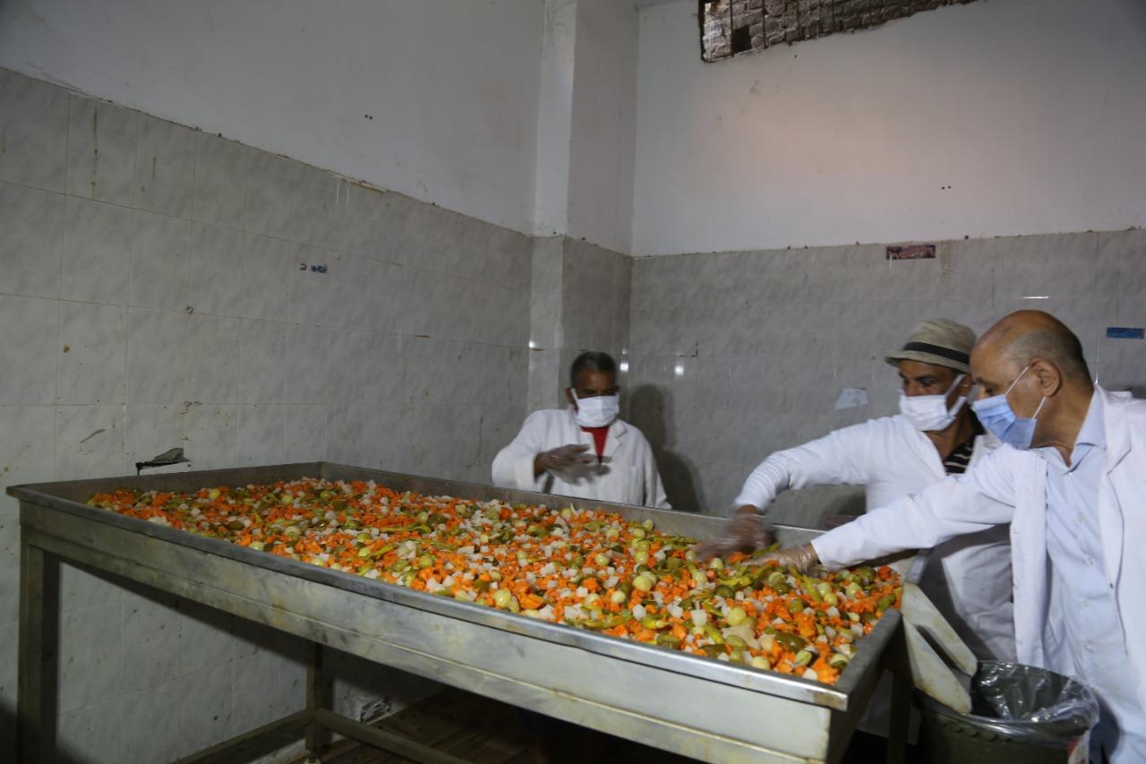 محمود صاحب مصنع مخللات بقرية مسير وفر فرص عمل من خلال جهاز تنمية المشروعات