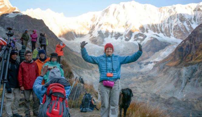العجوز فى رحلة الى نيبال
