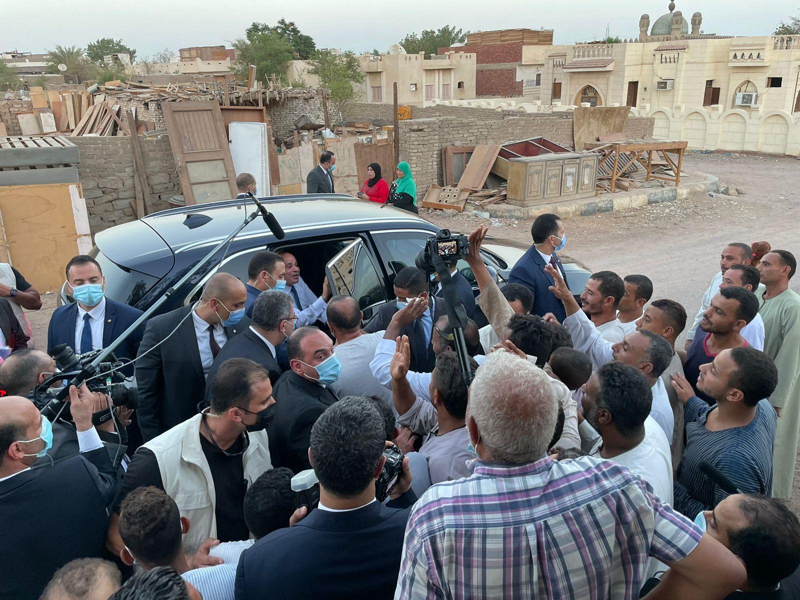 جولة تفقدية للرئيس السيسى بمنطقة مساكن الرويسات  (2)