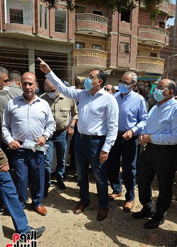 الدكتور مصطفى مدبولى رئيس الوزراء يتفقد قرى مركز شيبين القناطر (1)