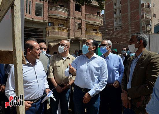 الدكتور مصطفى مدبولى رئيس الوزراء يتفقد قرى مركز شيبين القناطر (3)
