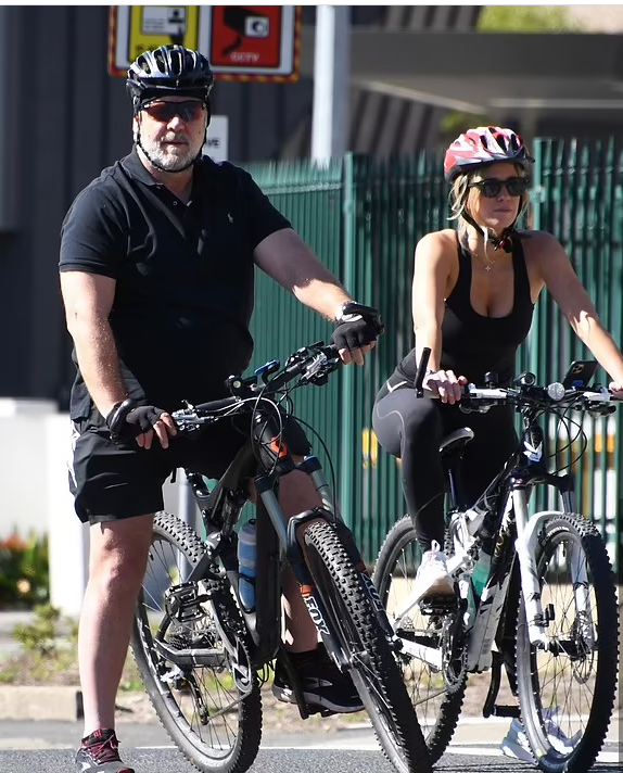 Russell Crowe and his girlfriend
