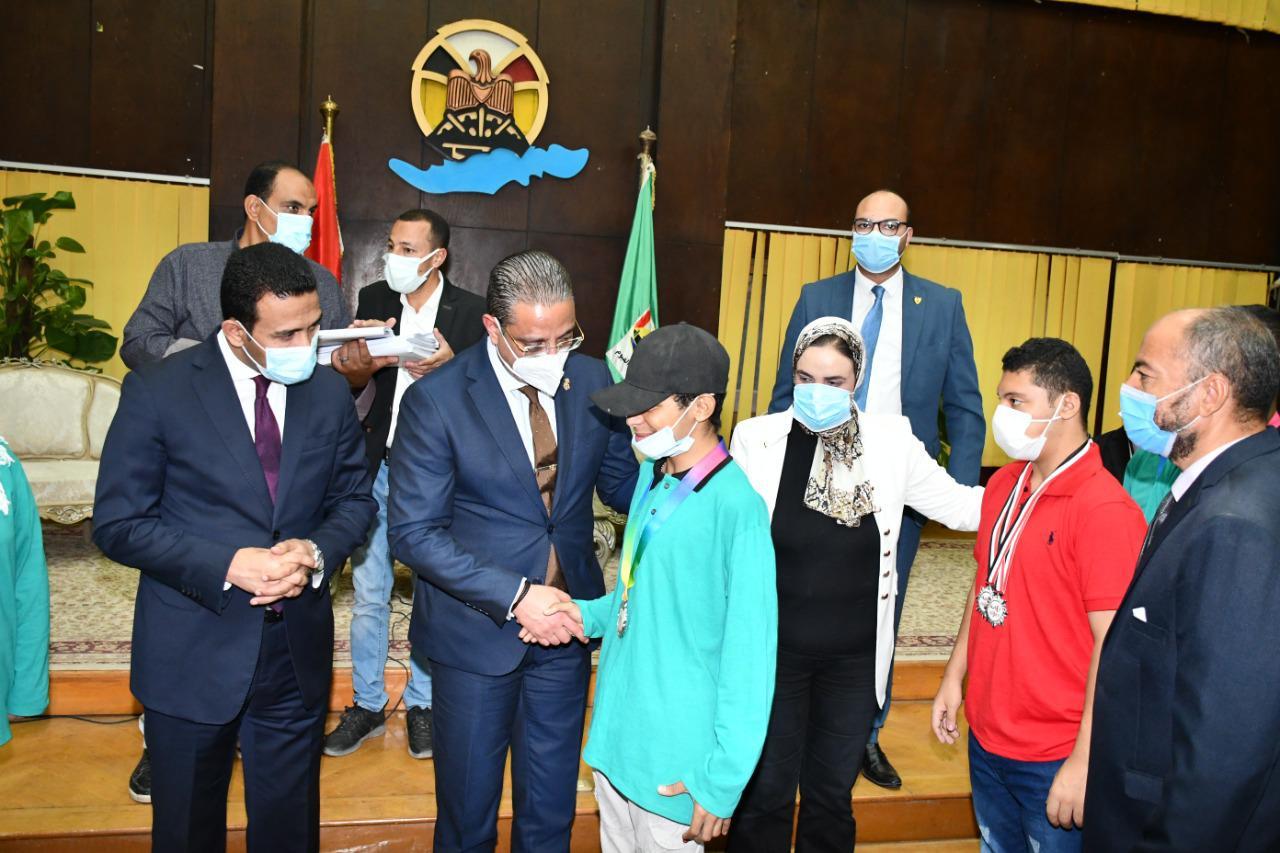محافظ الفيوم يكرّم أبطال الرياضة والطلائع الفائزين بالمراكز الأولى على الجمهورية