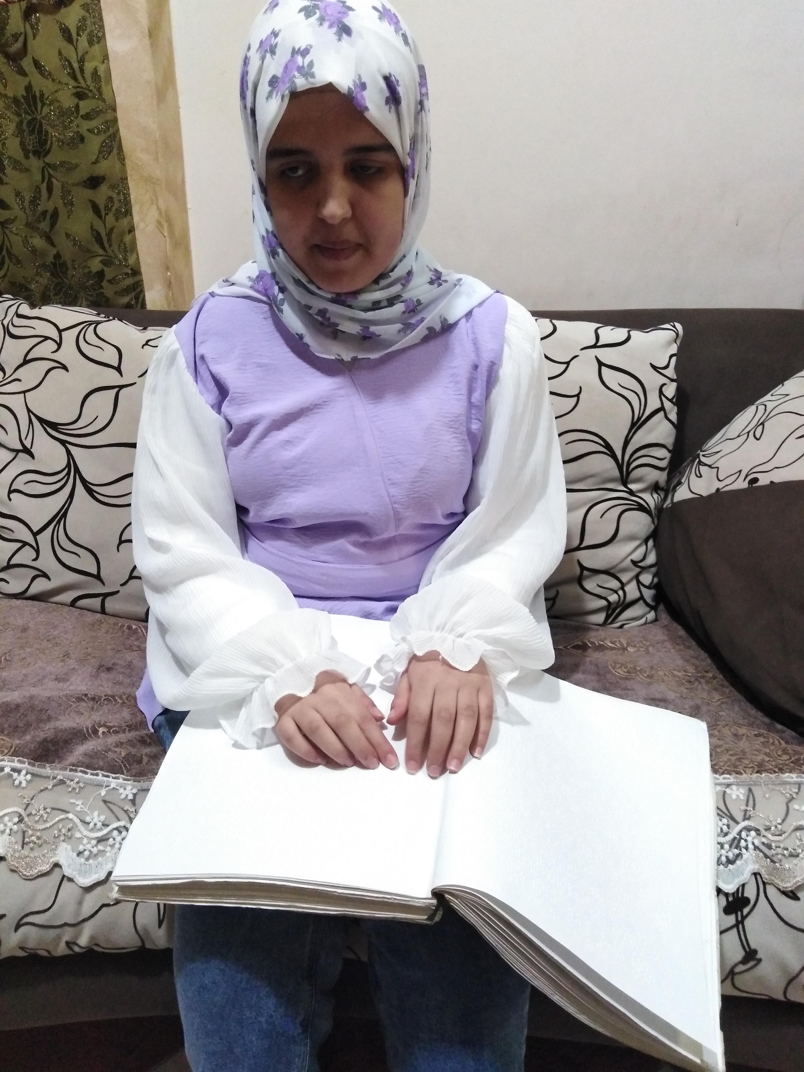 إسراء تقرأ القرآن