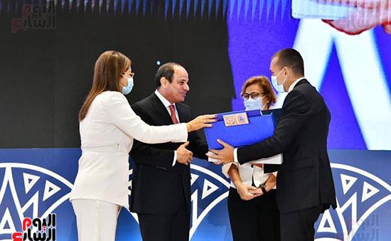الرئيس عبد الفتاح السيسى يتسلم تقرير التنمية البشرية