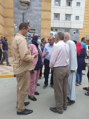 جانب من تجمع الأهالي في المستشفى