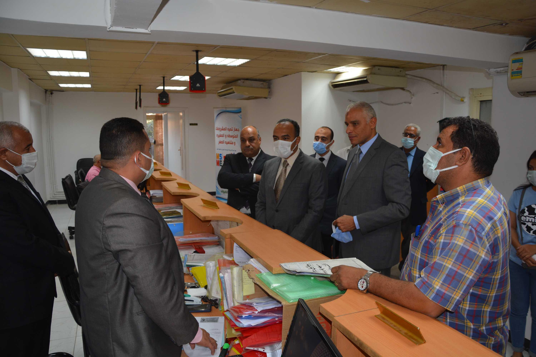 نائب المحافظ يتابع سير العمل بمقر جهاز تنمية المشروعات (2)