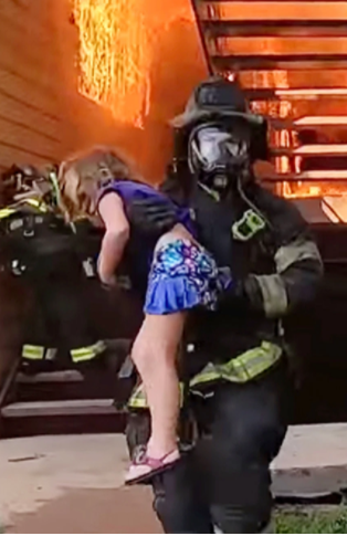 Firefighter saves the little girl