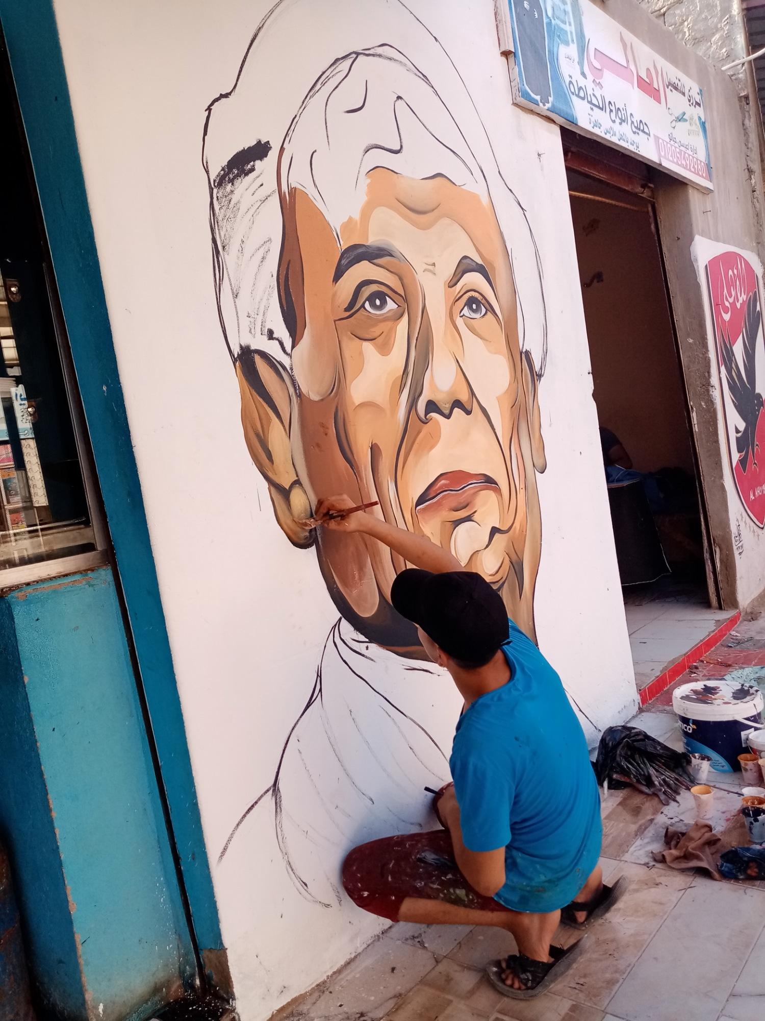 احمد مصباح خلال رسمه لوحة فنية للزعيم عادل امام