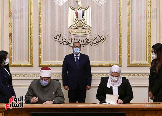 رئيس الوزراء يشهد توقيع بروتوكول بشأن مساندة صندوق الاستثمار الخيرى (3)