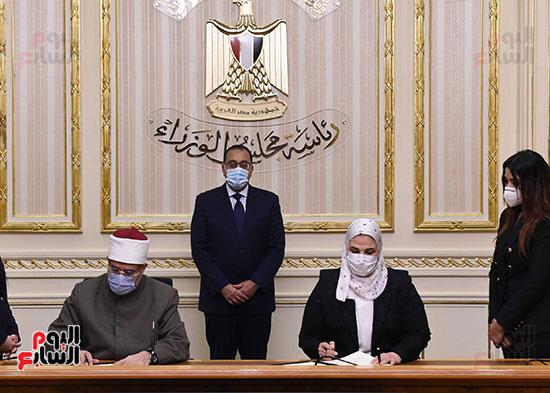 رئيس الوزراء يشهد توقيع بروتوكول بشأن مساندة صندوق الاستثمار الخيرى (2)