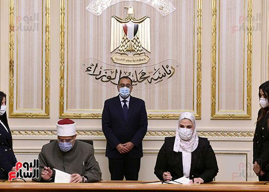 رئيس الوزراء يشهد توقيع بروتوكول بشأن مساندة صندوق الاستثمار الخيرى (1)