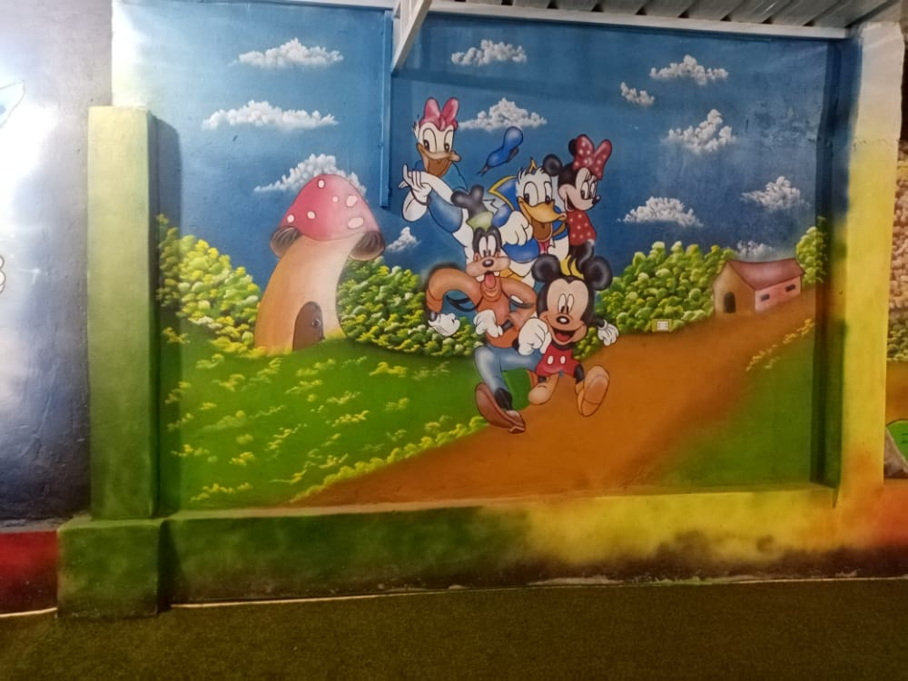 تززين جدار مدرسة