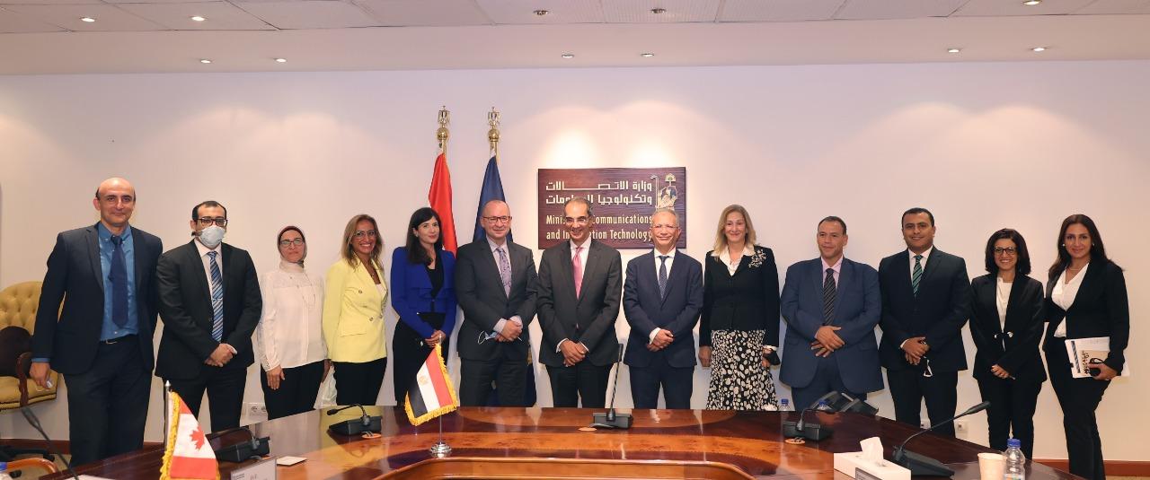 وزير الاتصالات مع مسؤولي هيئة تنمية صناعة تكنولوجيا المعلومات (ITIDA) ممثلين عن السفارة الكندية