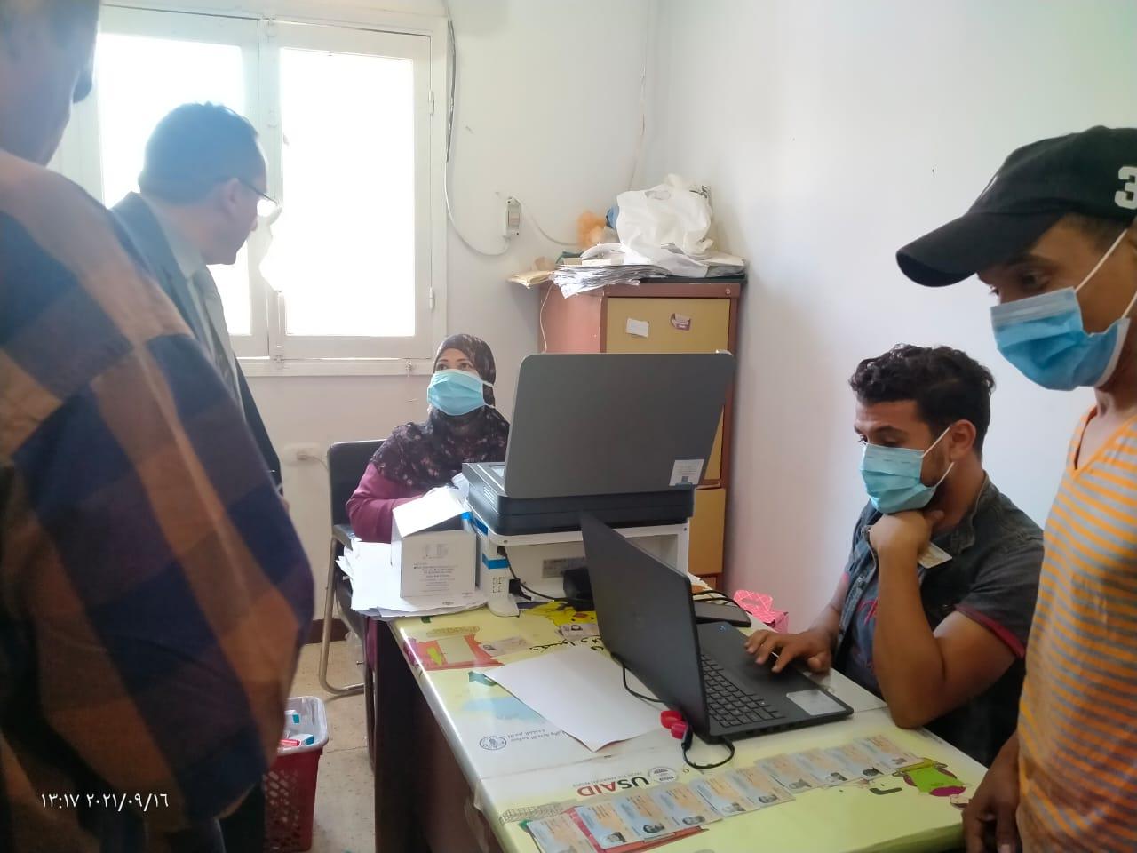 مدير الطب البيطرى بالأقصر يتابع تطعيمات كورونا للعاملين بالإدارات.. صور