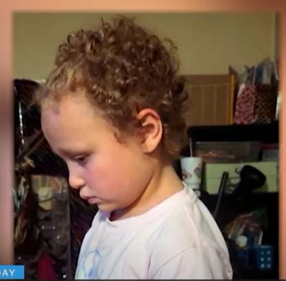 الطفلة بعد قص شعرها