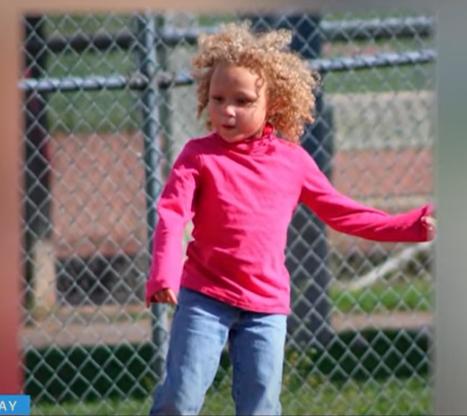 الطفلة قبل قص شعرها