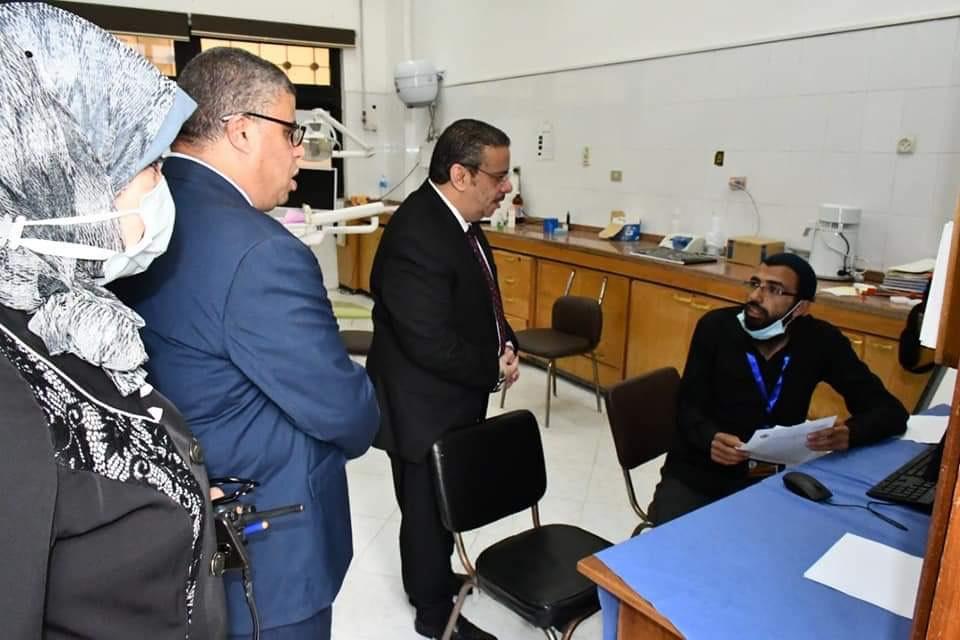 رئيس الجامعة خلال تفقده نقاط تلقى اللقاح (4)