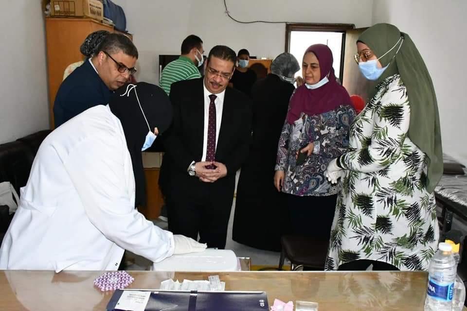 رئيس الجامعة خلال تفقده نقاط تلقى اللقاح (3)