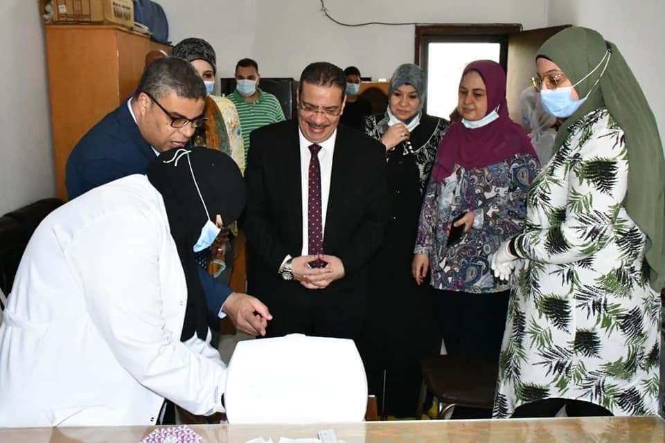رئيس الجامعة خلال تفقده نقاط تلقى اللقاح (6)