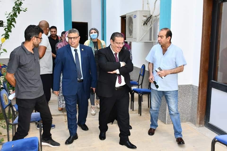 رئيس الجامعة خلال تفقده نقاط تلقى اللقاح (8)