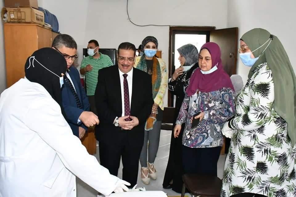 رئيس الجامعة خلال تفقده نقاط تلقى اللقاح (7)