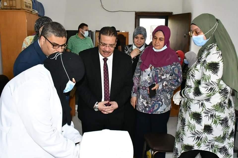 رئيس الجامعة خلال تفقده نقاط تلقى اللقاح (2)