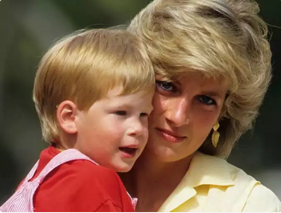 How Diana changed the rules of royal motherhood (1)