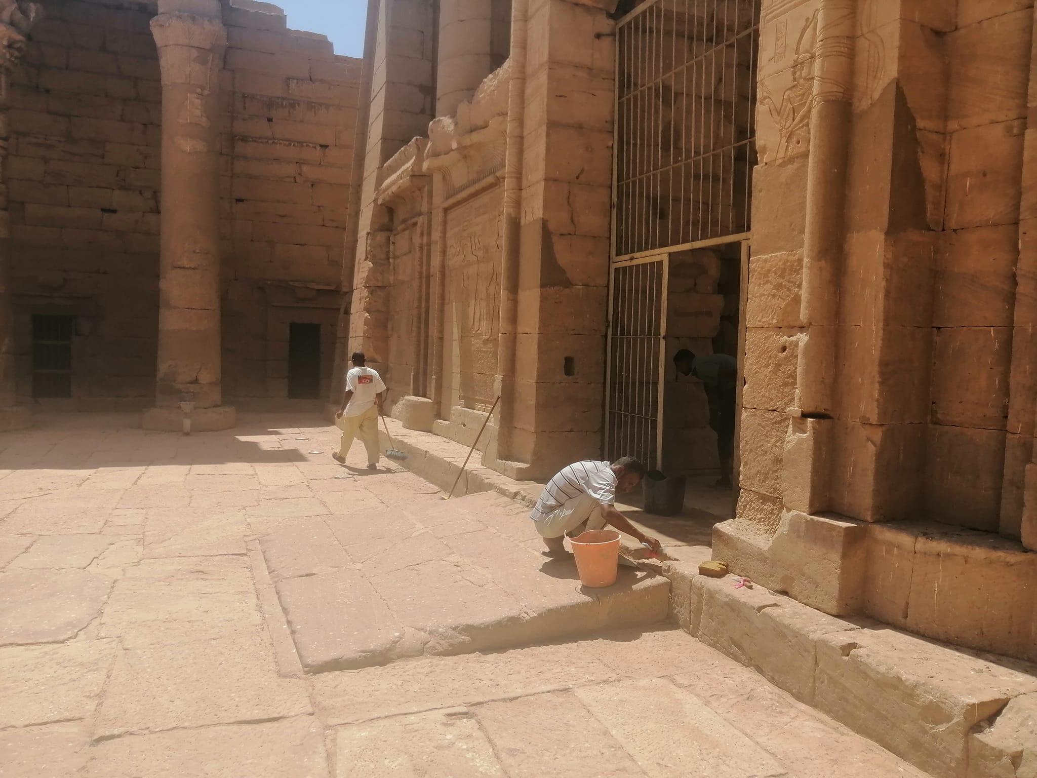 ترميم وصيانة المعابد قبل الموسم السياحى بأسوان (5)