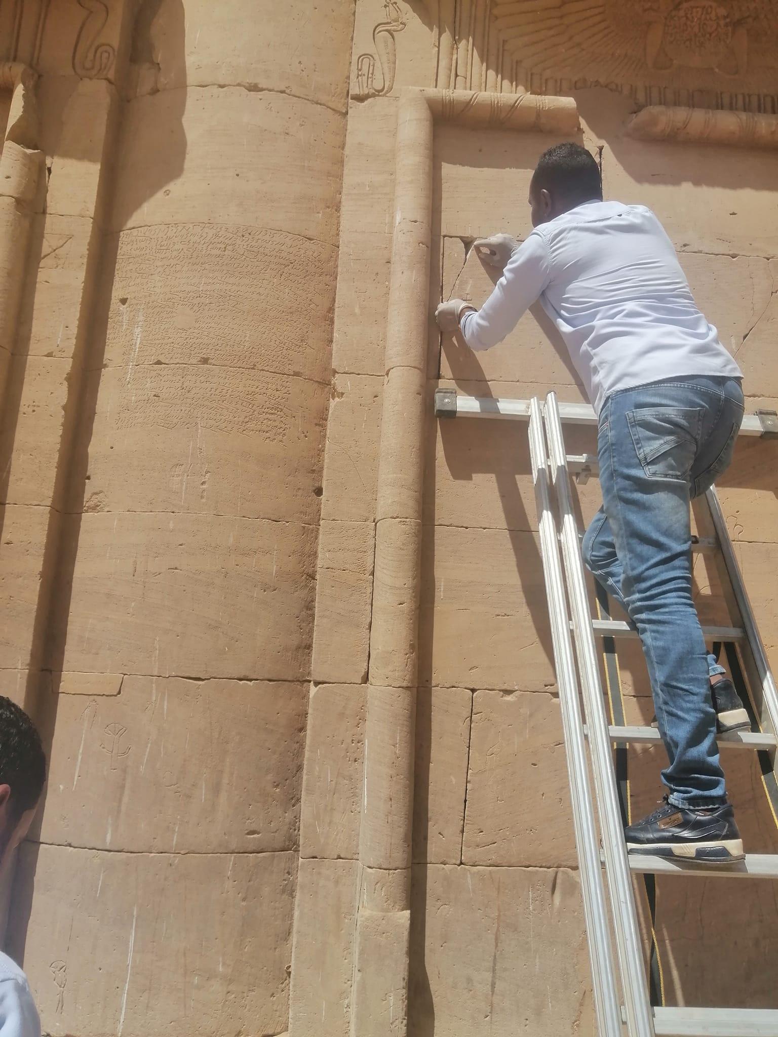 ترميم وصيانة المعابد قبل الموسم السياحى بأسوان (4)