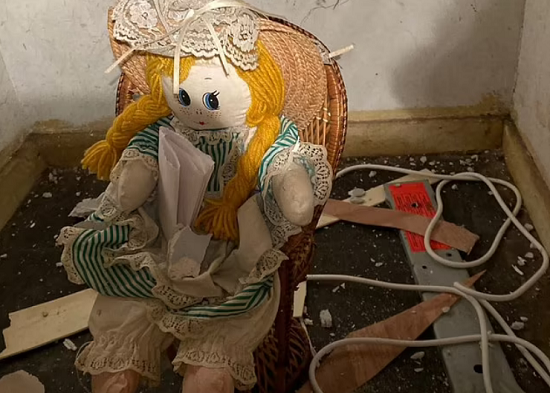 A man is shocked after buying his new home and the reason is a doll (1)