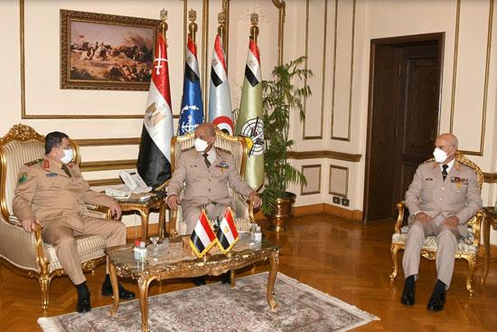 وزير الدفاع يلتقى نظيره اليمنى خلال زيارته الرسمية لمصر  (3)