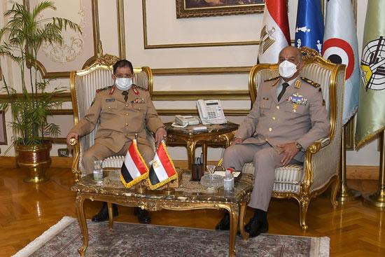 وزير الدفاع يلتقى نظيره اليمنى خلال زيارته الرسمية لمصر  (1)