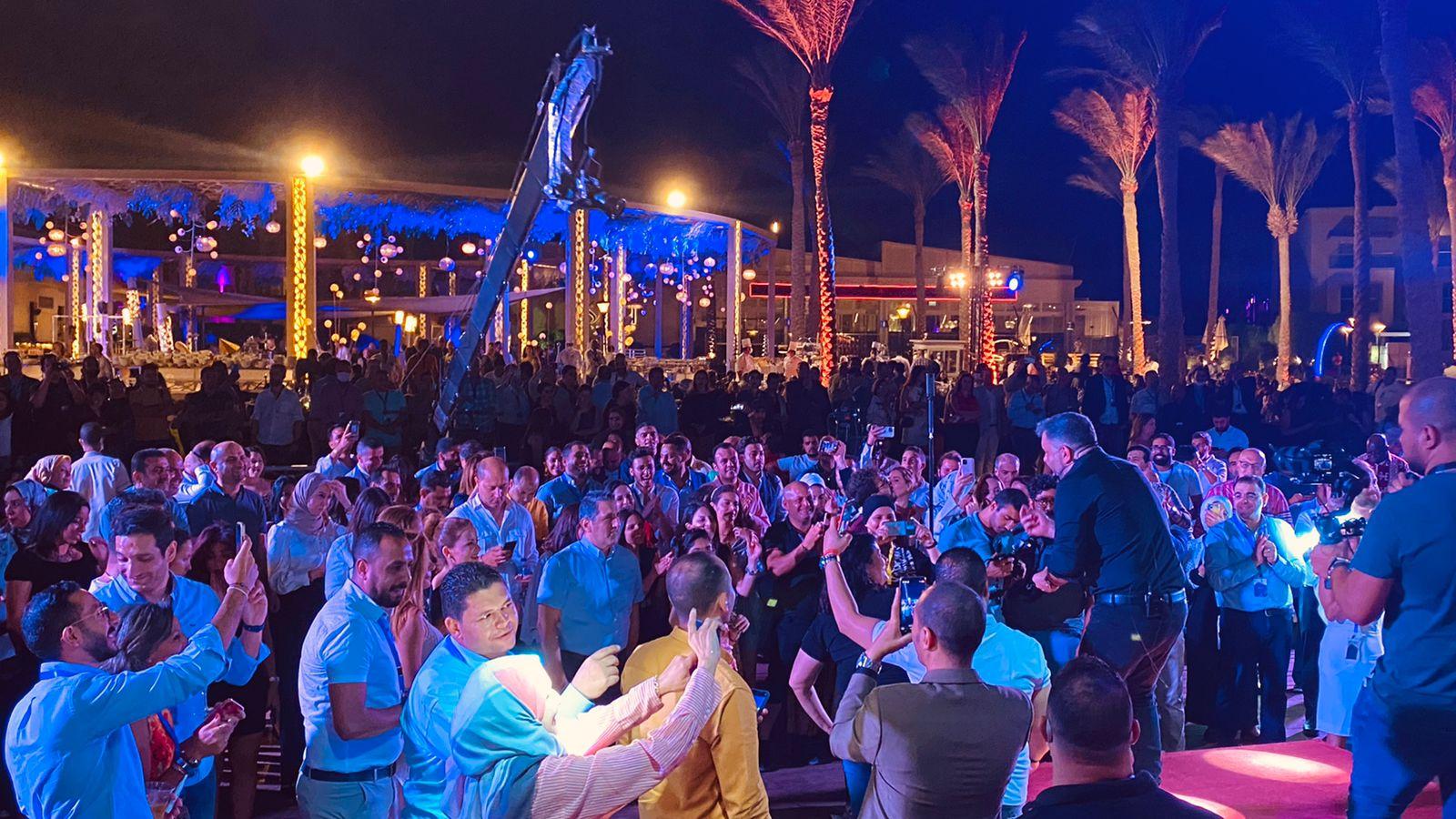 إدوارد وفريقه جيبسي يحيان حفل غنائي في شرم الشيخ (1)
