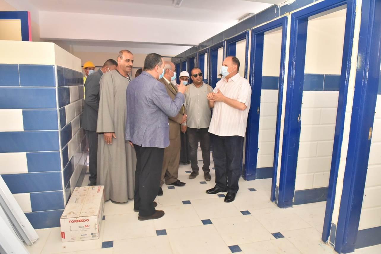 محافظ أسيوط ورئيس هيئة الابنية التعليمية يتفقدان انشاء مدرسة بالوسطى(14)