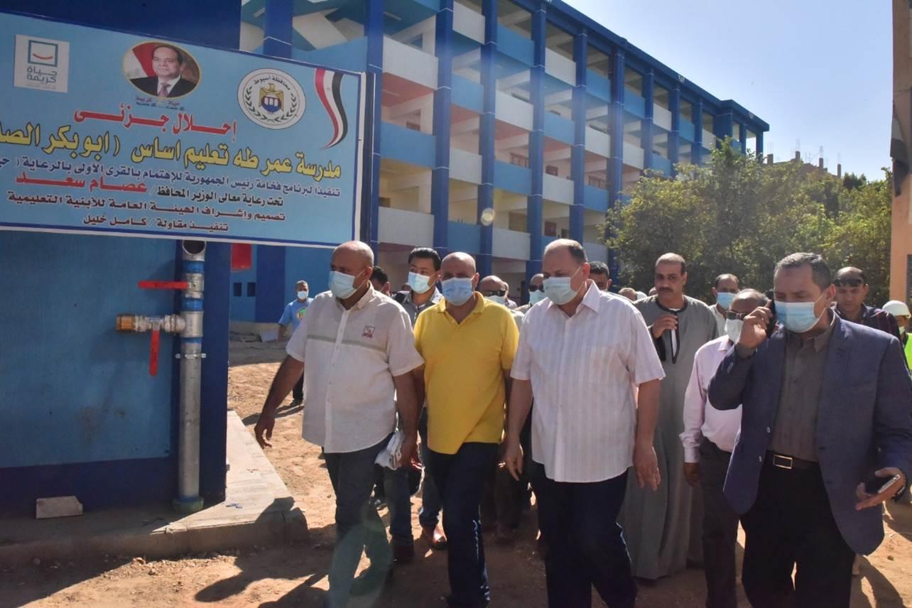 محافظ أسيوط ورئيس هيئة الابنية التعليمية يتفقدان انشاء مدرسة بالوسطى(6)