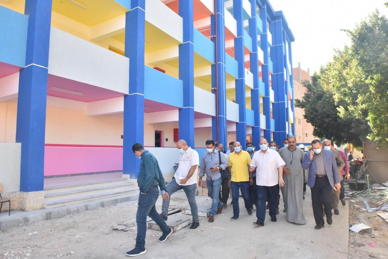 محافظ أسيوط ورئيس هيئة الابنية التعليمية يتفقدان انشاء مدرسة بالوسطى(5)