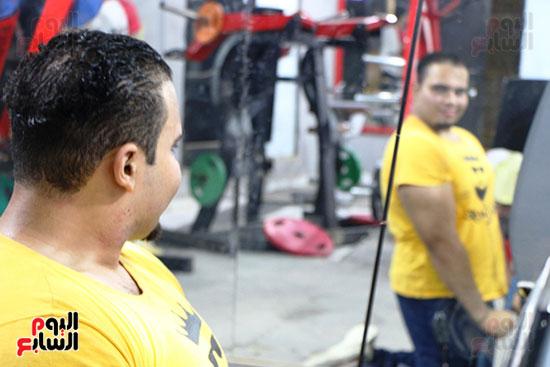 عبد الله عادل شاب من ذوى الهمم يمارس رياضة رفع الأثقال  (1)