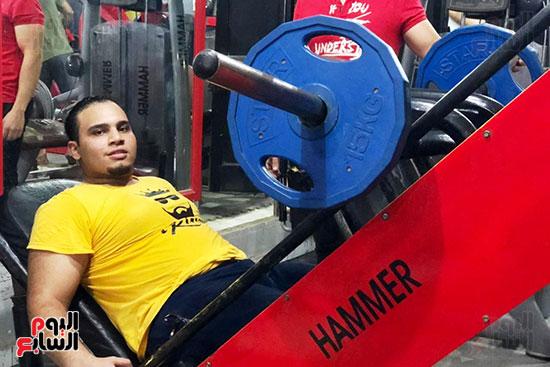 عبد الله عادل شاب من ذوى الهمم يمارس رياضة رفع الأثقال  (5)