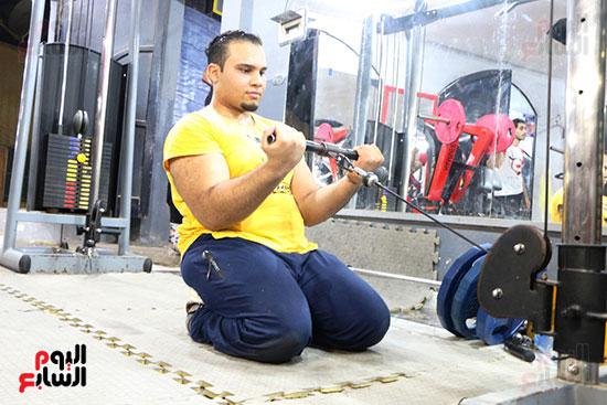 عبد الله عادل شاب من ذوى الهمم يمارس رياضة رفع الأثقال  (2)