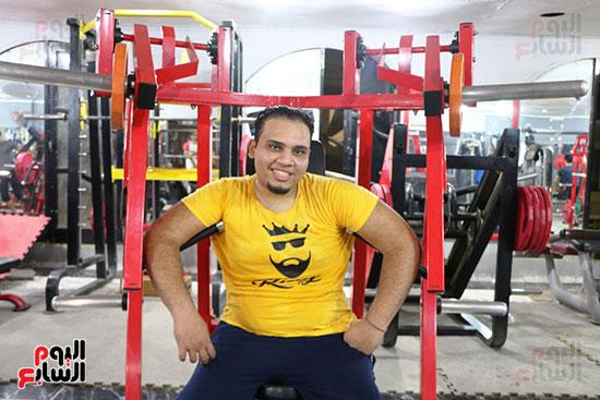 عبد الله عادل شاب من ذوى الهمم يمارس رياضة رفع الأثقال  (3)