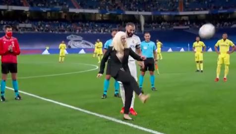 المرأة تطلق المباراة