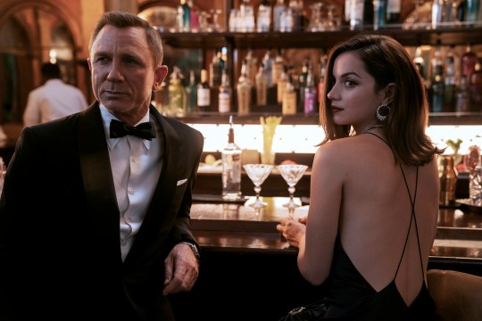 آنا دي أرماس تكشف عن ملامح شخصيتها في فيلم No Time To Die (2)