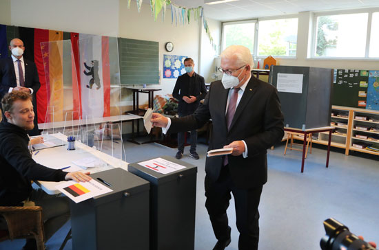 الرئيس الألماني شتاينماير يدلي بصوته في الانتخابات العامة