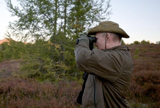 بوتين يتفقد الغابة بالنظارة المعظمة