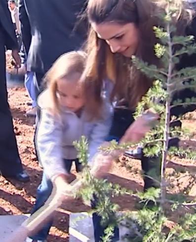 Queen Rania participates in service work