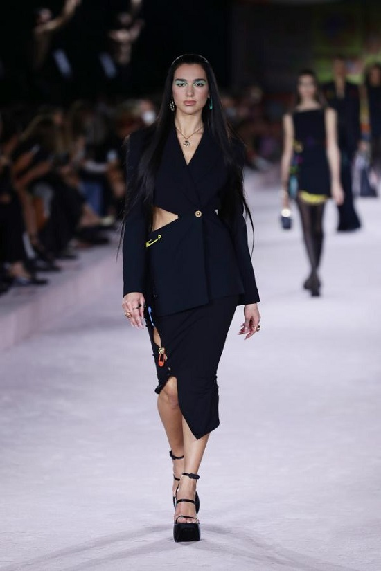 Dua Lipa leads the Versace show at Milan Fashion Week (1)